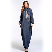 Длинное свободное платье цвета синего копена с узорами на груди